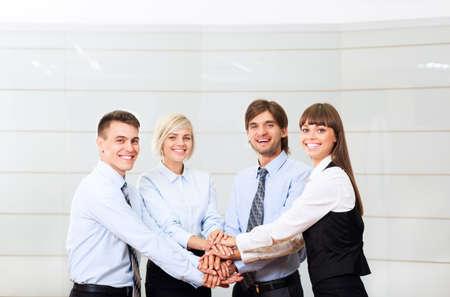 gestion empresarial: grupo de empresarios sonrisa oficina de trabajo, la gente de negocios