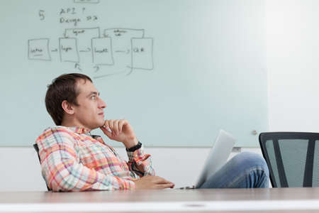 hombre pensando: hombre de negocios de pensamiento que se sienta escritorio de oficina silla de relajación lugar de trabajo de negocios pensativo mirando espacio de la copia Foto de archivo