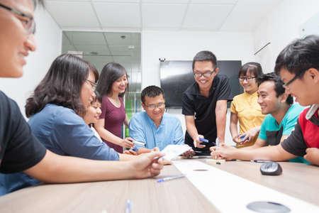 Aziatische mensen uit het bedrijfsleven groep vergaderruimte samenwerking collega's bespreken congresbalie echt kantoor team