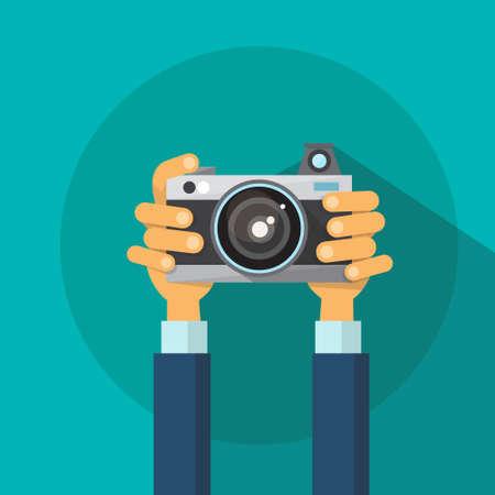 macchina fotografica: Illustrazione Mani che tengono Photo Camera Fotografia piatto Vector Design