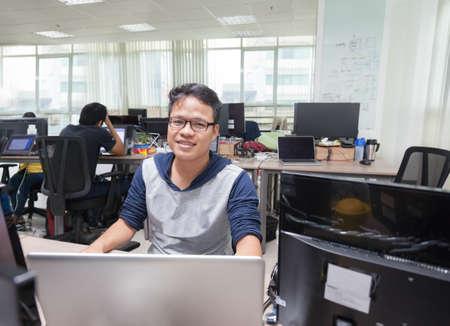 Aziatische Mens Software Developer Working Real Office Stockfoto