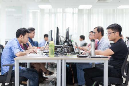 Homme d'affaires asiatique assis à son bureau Travailler, Ordinateur portable Ordinateur Personne Bureau réel