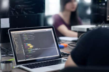 Equipo de desarrolladores de Outsource de Asia Sentado en el escritorio Trabajando Computadora portátil Software de aplicación móvil Real Office
