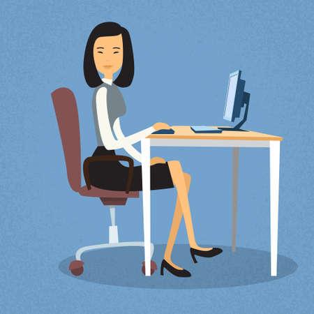 ejecutivo en oficina: Mujer de negocios asiática sentado en el escritorio del ordenador ilustración de la oficina de trabajo de escritorio plana de diseño vectorial Vectores
