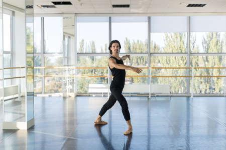ballet hombres: Masculino de los jóvenes del ballet del bailarín, hombre que practica en estudio de la danza