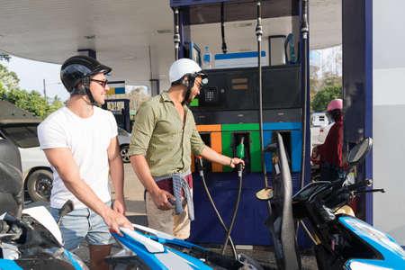 주유소 연료에 남자 커플 모터 바이크, 해피 스마일들 여행 순찰