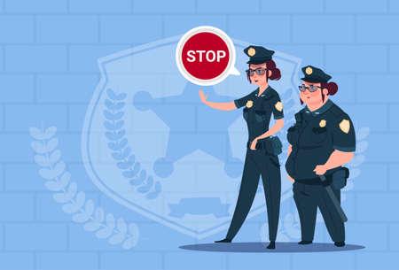 Due donne di polizia che tengono segno di arresto indossando Uniforme guardie femminili su sfondo blu mattoni Illustrazione vettoriale piatta