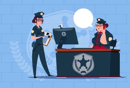 mujer policia: Dos mujeres de la policía que trabajan en la computadora que usan el uniforme Guardias femeninos en fondo azul de los ladrillos Plano Ilustración Vectorial