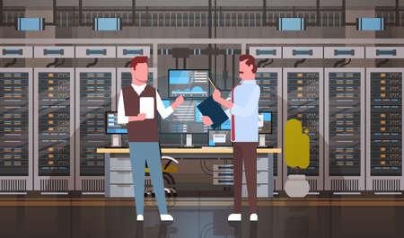 Mensen die in de Zaal die van de Centrum van het Gegevenscentrum de Monitor van het de Monitoringsinformatie van de Servercomputer Vlakke Vectorillustratie werken werken