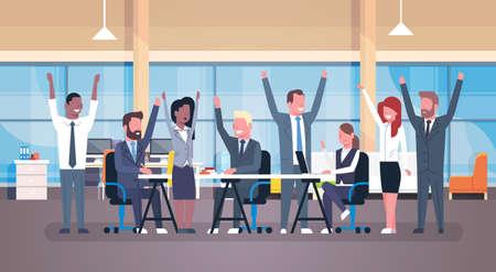 De vrolijke Commerciële Teamzitting samen bij Bureau Gelukkige Groep Succesvol Zakenlui met Opgeheven dient Moderne Bureau Vlakke Vectorillustratie in Stockfoto - 91946124