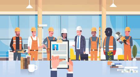Hr Manager Hand Hold Cv Resume Of Construction Worker Over Group of Builders Scegli il candidato per la posizione di lavoro vacante, concetto di assunzione piatta illustrazione vettoriale Vettoriali