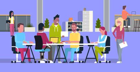 Creative Team Meeting In Coworking Office Vettoriali