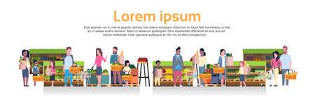 Grupa ludzi trzymających torby, kosze i pchających wózki nad półkami w supermarkecie z produktami spożywczymi konsumpcjonizmu koncepcja płaskie wektor ilustracja Ilustracje wektorowe