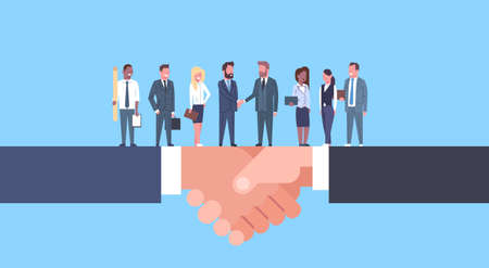 Dos hombres de negocios dándose la mano con el equipo de empresarios, acuerdo comercial y concepto de asociación ilustración vectorial plana