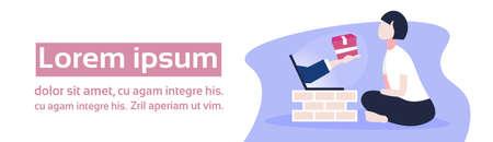 Mujer que usa la mano humana de la aplicación informática de compras en línea desde la pantalla de la computadora portátil que sostiene la caja de papel del paquete concepto de entrega rápida banner horizontal espacio de copia plana ilustración vectorial