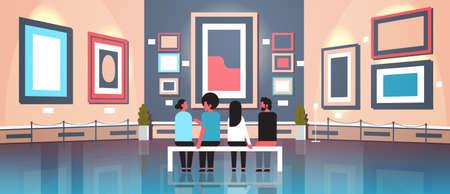 personnes touristes visiteurs dans la galerie d'art moderne intérieur du musée assis sur un banc à la recherche d'œuvres d'art contemporaines ou d'expositions bannière horizontale illustration vectorielle