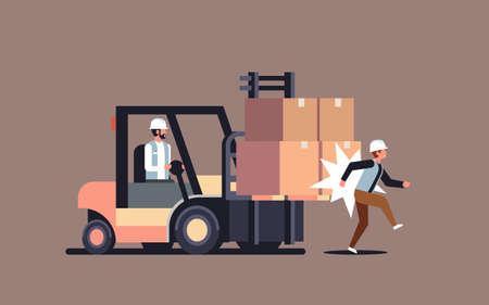 kierowca wózka widłowego uderza kolega fabryka wypadek koncepcja magazyn logistyczny kierowca transportowy niebezpieczny ranny pracownik pozioma ilustracja wektorowa