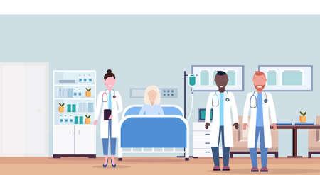 Mezclar el equipo de médicos de carrera visitando al paciente mujer mayor acostada cama terapia intensiva sala concepto de salud interior de la habitación del hospital clínica médica moderna ilustración vectorial horizontal
