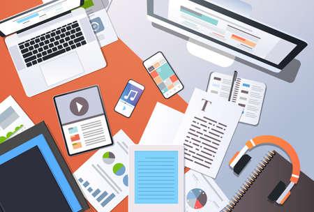 concepto de tecnología de la información de gestión de contenido digital vista de ángulo superior computadora de escritorio tableta portátil teléfono inteligente artículo documento de texto material de oficina horizontal ilustración vectorial