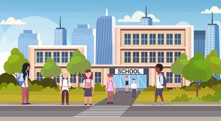 gruppo di alunni di razza mista che camminano davanti all'edificio scolastico scolari primari vicino al passaggio pedonale torna al concetto di scuola paesaggio urbano sfondo piatto a figura intera orizzontale vettore illustrazione Vettoriali