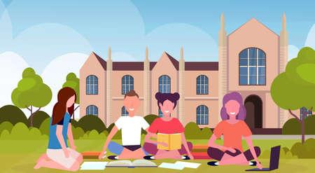 Grupo de estudiantes felices sentados en la hierba en el patio del campus frente al exterior del edificio de la universidad nacional moderna personas preparando el concepto de educación de graduación de exámenes ilustración vectorial plana horizontal