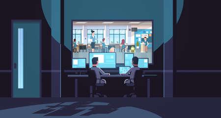 dwaj mężczyźni patrzący na monitory siedzący za szklanym oknem nauczyciel z uczniami uczącymi się w szkolnej klasie ciemne biuro wewnętrzne nadzór system bezpieczeństwa płaski poziomy wektor ilustracja