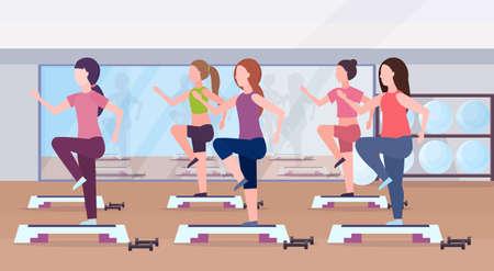 gruppo di donne sportive facendo squat sulla piattaforma a gradini ragazze che si allenano in palestra aerobica gambe allenamento stile di vita sano concetto piatto moderno centro benessere studio interno orizzontale vettore illustrazione