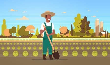 African American male farmer holding pelle planter des terres agricoles de légumes de chou vert campagne paysage eco agriculture concept horizontal pleine longueur télévision vector illustration Vecteurs