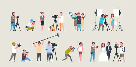 establecer diferentes poses fotógrafos y camarógrafos que utilizan cámaras personajes afroamericanos grabando videos tomando fotografías trabajando durante la colección de sesiones ilustración vectorial plana horizontal de longitud completa