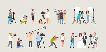impostare diverse pose fotografi e cameraman che utilizzano telecamere personaggi afroamericani che riprendono video scattando foto lavorando durante la raccolta della sessione orizzontale illustrazione vettoriale piatta a tutta lunghezza