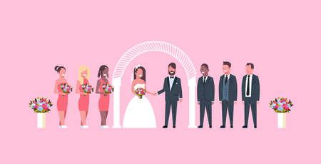 Recién casados la novia y el novio con las damas de honor padrinos de boda de pie juntos cerca del arco concepto de ceremonia de boda fondo rosa ilustración vectorial plana horizontal de longitud completa