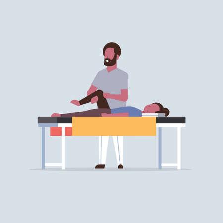Niña acostada en la mesa de masajes terapeuta masajista afroamericano haciendo tratamiento curativo masajeando al paciente tratando la rodilla lesionada concepto de fisioterapia deportiva manual ilustración vectorial de longitud completa Ilustración de vector