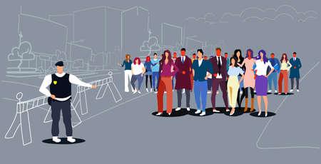 poliziotto in piedi di fronte alla folla poliziotto in uniforme che controlla le persone alla dimostrazione protesta sciopero concetto città strada paesaggio urbano sfondo schizzo scarabocchio orizzontale a figura intera illustrazione vettoriale Vettoriali