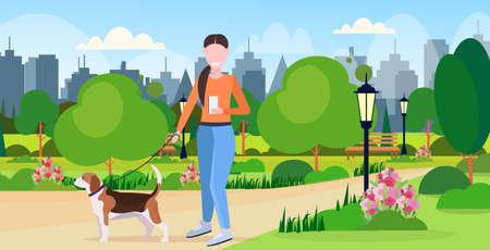 kobieta spaceru z psem za pomocą smartfona media społecznościowe sieć komunikacja cyfrowy gadżet uzależnienie koncepcja miasto park miejski krajobraz tło płaskie pełnej długości pozioma ilustracja wektorowa