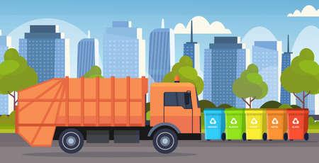 orangefarbener Müllwagen städtisches Sanitärfahrzeug, das Recyclingbehälter lädt, trennen Abfalltrennungsmanagementkonzept modernes Stadtbildhintergrund flache horizontale Vektorillustration Vektorgrafik