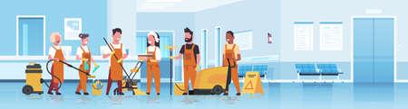 concept de service de nettoyage de l'équipe de concierges mélanger les nettoyeurs de course en uniforme travaillant avec du matériel professionnel réception de l'hôpital intérieur plat pleine longueur horizontale copie espace illustration vectorielle