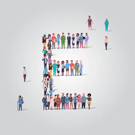Gente grande multitud reunida en forma de letra E grupo de empleados de diferentes ocupaciones de pie juntos concepto de alfabeto inglés ilustración de vector de longitud completa