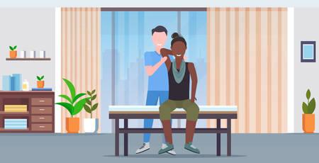 Frau Patient sitzt auf dem Tisch Masseur, der eine heilende Behandlung macht, die den Körper des afroamerikanischen Patienten manuell massiert