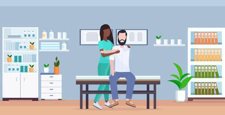 Hombre paciente sentado en la mesa de masaje masajista afroamericano haciendo tratamiento curativo masajeando el cuerpo del paciente manual deporte fisioterapia concepto clínica moderna sala de hospital interior horizontal ilustración vectorial
