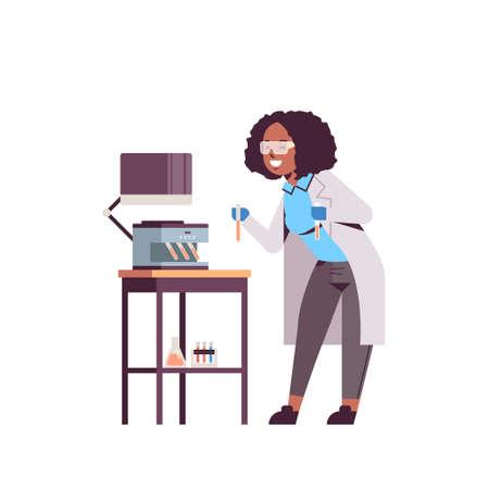 femme scientifique tenant des tubes à essai avec des échantillons de sang femme afro-américaine en uniforme à l'aide d'un analyseur machine médicale laboratoire recherche science médecine concept pleine longueur illustration vectorielle plane