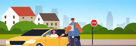 agent de police écrivant un rapport de stationnement amende ou excès de vitesse pour femme assise dans une voiture montrant un permis de conduire des règles de sécurité routière concept paysage urbain arrière-plan portrait illustration vectorielle