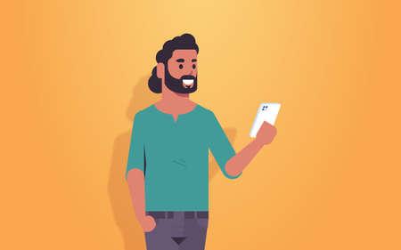 Man holding cellphone guy arabe à l'aide de l'application mobile smartphone concept de communication des médias sociaux personnage de dessin animé masculin portrait illustration vectorielle horizontale