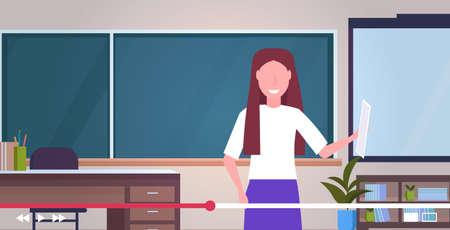enseignant blogueur enregistrement cours en ligne didacticiel vidéo e-learning concept de streaming en direct femme tutrice donnant une formation pédagogique en classe portrait intérieur illustration vectorielle horizontale Vecteurs