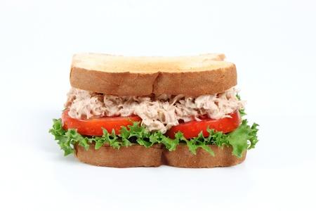 atun: S�ndwich de at�n fresco con lechuga y tomate Foto de archivo