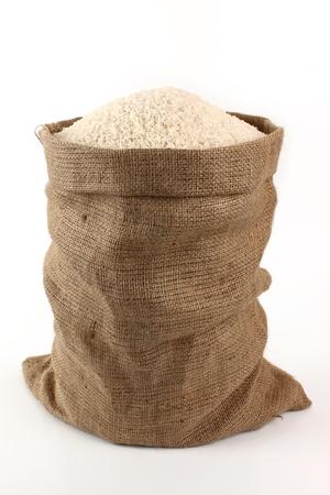 arroz blanco: saco de arroz en un fondo blanco Foto de archivo