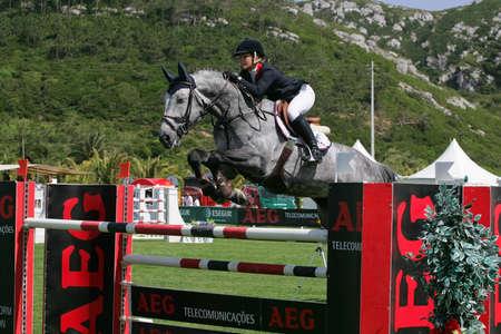 caballo saltando: VIMEIRO, PORTUGAL - el 5 de junio: Ecuestre Internacional saltos 3 *-Annelies Vorsselman (BEL) el 5 de junio de 2010 en Vimeiro, Portugal