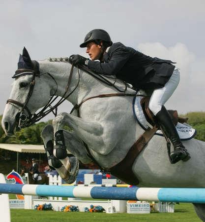 caballo saltando: VIMEIRO, PORTUGAL - el 5 de junio: Ecuestre Internacional saltos 3 *-Pedro Veniss (BRA) el 5 de junio de 2010 en Vimeiro, Portugal  Editorial