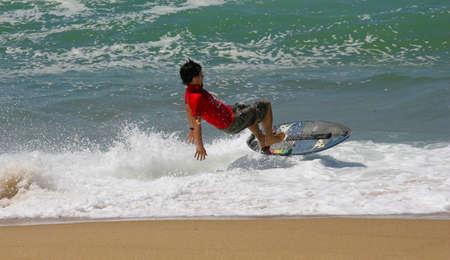 skimming: SANTA CRUZ, PORTUGAL - el 4 de agosto: Waterman Challenge - espumadera - Ocean Spirit, Xabi Olano, el 4 de agosto de 2010, en Santa Cruz, Portugal  Editorial