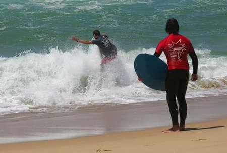 skimming: SANTA CRUZ, PORTUGAL - el 4 de agosto: Waterman Challenge - espumadera - Ocean Spirit, Jaime Costa, el 4 de agosto de 2010, en Santa Cruz, Portugal