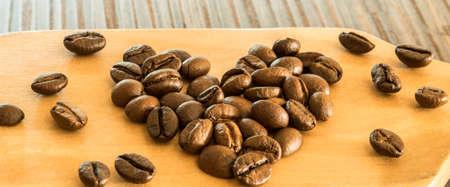silhouette coeur: Coffee beans in heart shape